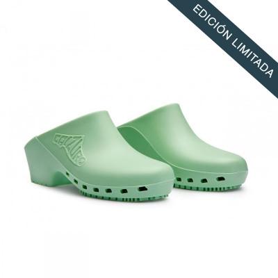 anade-zuecos-sanitarios-calzuro-verde-pastel-sin-agujeros